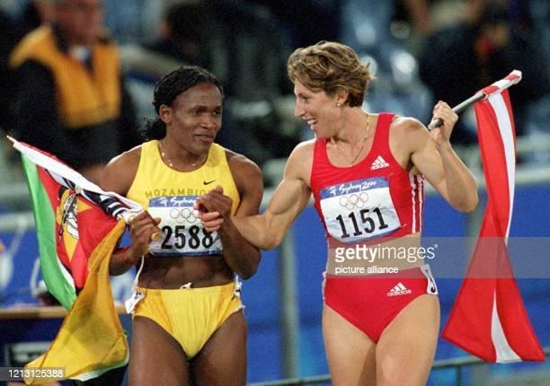 Die beiden Läuferinnen Maria Mutola und Stephanie Graf aus Österreich sind am 2592000 im Olympiastadion von Sydney nach dem Finale über 800 m der...