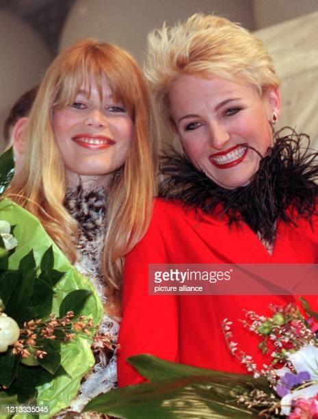 """Die beiden """"modeerfahrenen"""" Damen Claudia Schiffer und Prinzessin Lilly zu Schaumburg-Lippe am 5.3.1997 während der Filmpremiere des..."""