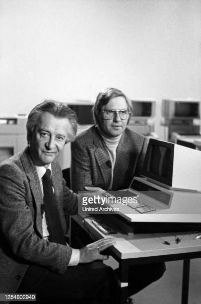 """Die beiden Moderatoren der Ratgeber Sendung """"Computer, Computer ?"""", Peter Brückner und Thomas von Randow unter der Regie von Ule Eith vor ihrem..."""