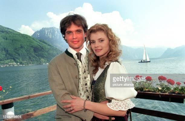 Die beiden Schauspielerkollegen Alexander Sascha Wussow und Andrea Lamatsch posieren am 12.5.1998 im östereichischen Gmunden vor dem Traunsee während...