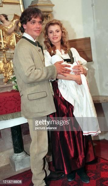 Die beiden Schauspielerkollegen Alexander Sascha Wussow und Andrea Lamatsch posieren am 12.5.1998 im östereichischen Gmunden in einer Kirche während...