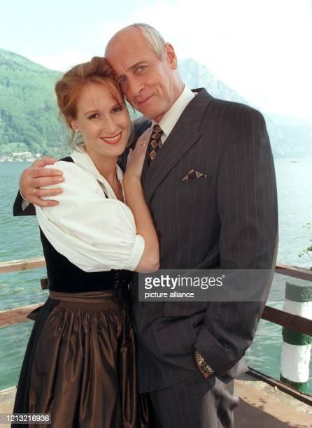 Die beiden Schauspielerkollegen Nicole R. Beutler und Heinz Trixner posieren am 12.5.1998 im östereichischen Gmunden vor dem Traunsee während...