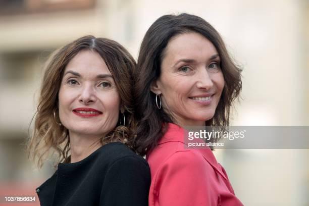 Die beiden Schwestern Friederike und Katharina Behrends stehen am in München zusammen Die TVManagerinnen Katharina und Friederike Behrends gestalten...