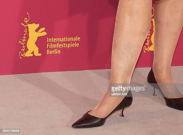 Die Beine von Schauspielerin Sigourney Weaver anlässlich der Präsentation des Films -Snow Cake- auf den 56. Internationalen Filmfestspielen in Berlin