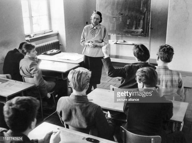 Die über WestBerlin geflohenen Schüler im Januar 1957 im Aufbaugymnasium in Bensheim während der Wahl des Klassensprechers Rechts Oberstudienrat...