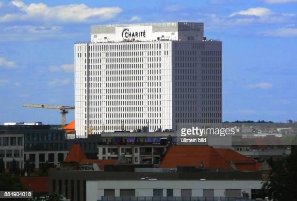 Die Berliner Charite im neuen Kleid weit ueber die Skyline zu sehen