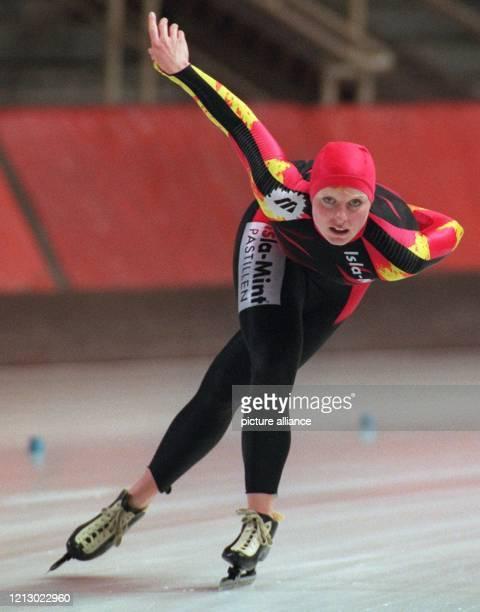 Die Berliner Eisschnelläuferin Martina Krüger in Aktion über die 5000mDistanz am bei den deutschen EinzelstreckenMeisterschaften in der Eishalle in...