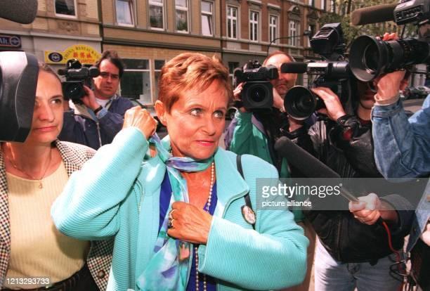 Die Berliner Notarin Petra BenoitRaukopf auf dem Weg ins Oberlandesgericht Eine offenbar gefälschte eidesststattliche Erklärung hat im Prozeß um den...