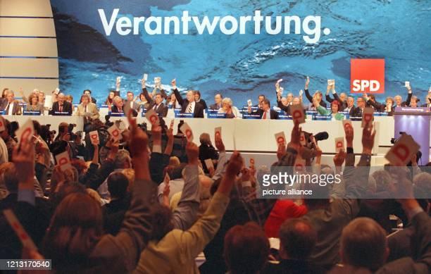 Die überwiegende Mehrheit der Delegierten des SPD-Parteitages in Bonn stimmt am 12.4.1999 für den Antrag des SPD-Parteivorstandes, der die Haltung...