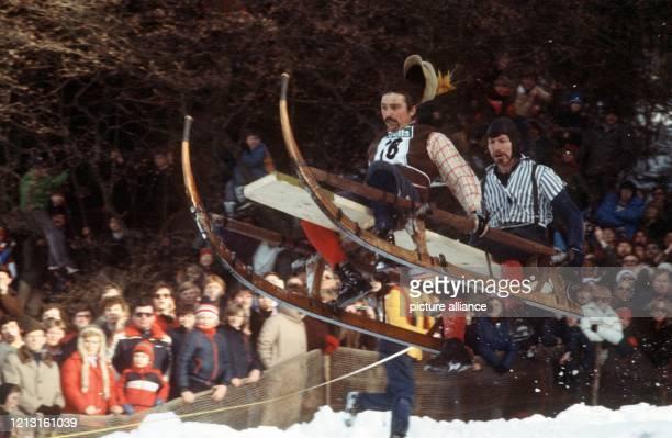 Die Besatzung eines Hörnerschlittens während des Gaißacher Schnablerrennens im vollen Flug. Jedes Jahr findet im bayerischen Gaißach das...