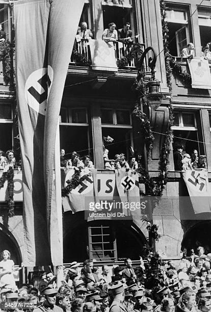 Die Bevölkerung in Erwartung derAutokolonne Adolf Hitlers