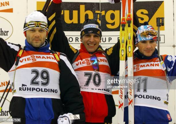 Die Biathleten Ricco Groß aus Deutschland Vadim Sashurin aus Weißrussland und der Franzose Raphael Poiree am bei der Siegerehrung nach dem Zehn...