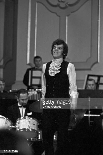 Die Bild Zeitung präsentiert junge Schlagernachwuchstalente bei einem Talentwettbewerb, Deutschland 1960er Jahre.