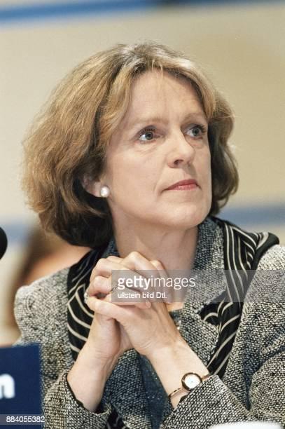 Die Bonner Oberbürgermeisterin Bärbel Dieckmann mit gefalteten Händen
