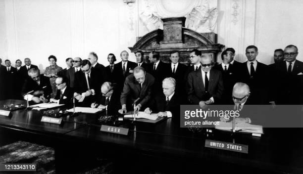 Die Botschafter der vier Besatzungsmächte Frankreich, USA, Großbritannien und der Sowjetunion unterzeichnen am im ehemaligen Gebäude des Alliierten...