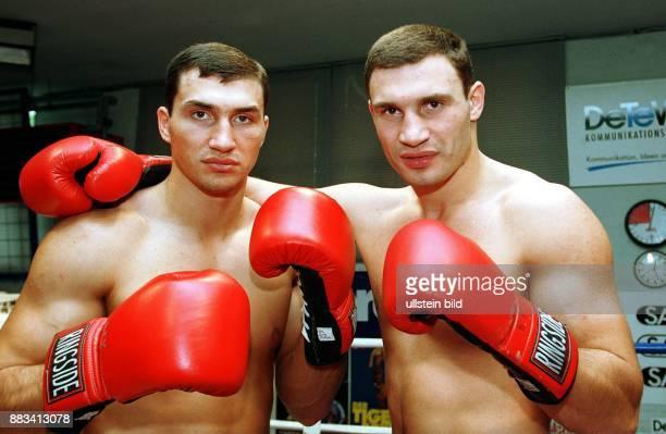 Die Brüder Wladimir und Vitali Klitschko Boxer aus der Ukraine Rote Boxhandschuhe nackter Oberkörper