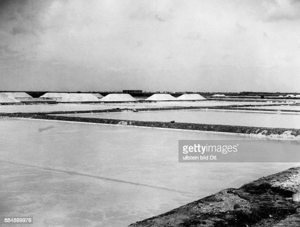 Die Britische Kolonie in Jemen künstlich angelegte Verdungstungsbecken einer Saline Originalaufnahme im Archiv von ullstein bild