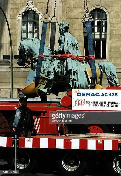 Die Bronzefigur des 'Alten Fritz' wird für Restaurierungsarbeiten vom Sockel gehoben