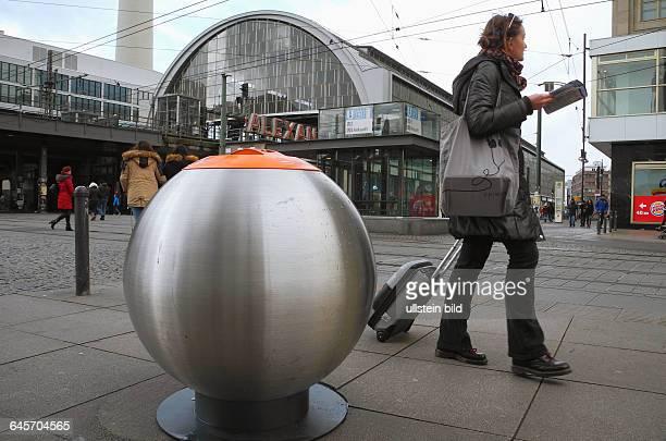 Die BSR stellt ihre neuen formschoenen Abfallbehaelter in Kugelform wie hier am Bahnhof Alexanderplatz auf