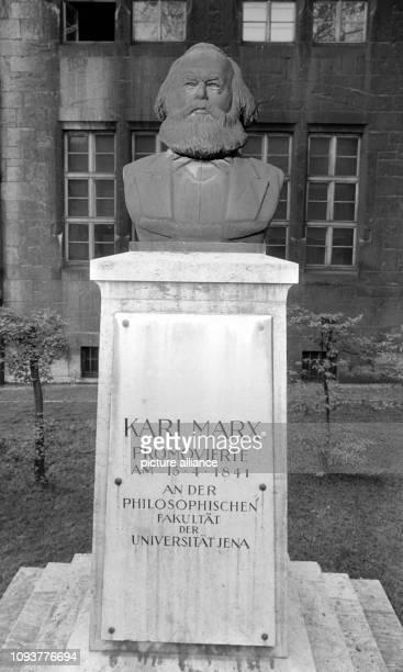 Die Büste von Karl Marx vor dem Hauptgebäude der Universität Jena aufgenommen am Die überlebensgroße Bronzefigur von Will Lammert war 1953 vor dem...