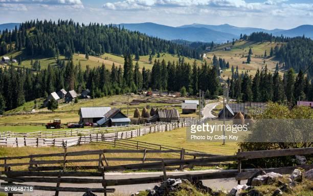 die bäuerliche landschaft des apuseni-gebirges in rumänien - collin key stock-fotos und bilder