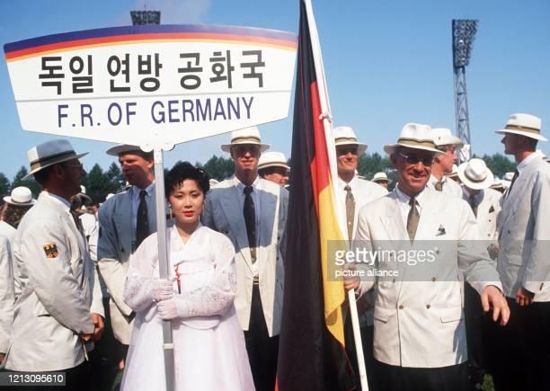 Die bundesrepublikanische Mannschaft wartet am 1791988 vor dem Olympiastadion von Seoul bei der Eröffnung der Olympischen Sommerspiele auf den Aufruf...