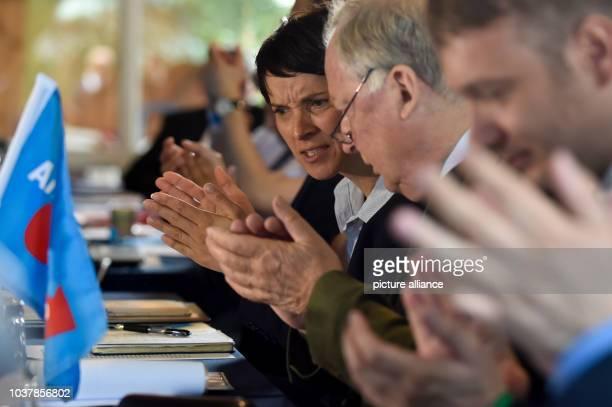Die Bundesvorsitzende der Partei Alternative für Deutschland Frauke Petry und der Landesvorsitzende der AfD in Brandenburg Alexander Gauland sitzen...