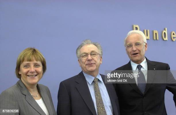 die CDUVorsitzende Angela Merkel und der Kanzlerkandidat von CDU und CSU der bayerische Ministerpräsident Edmund Stoiber stellen in Berlin als erstes...