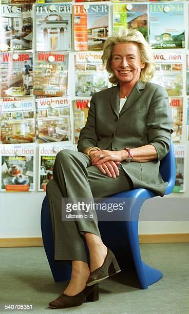 Die Chefredakteurin im Gruner Jahr Verlag Angelika Jahr sitzt auf einem Stuhl in ihrem Büro
