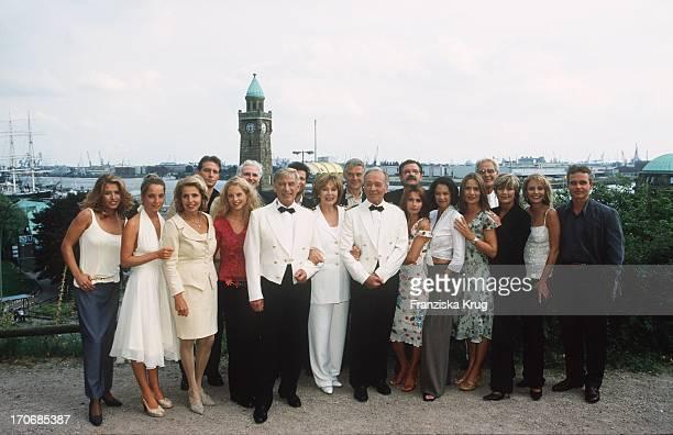 Die Crew Von Das Traumschiff Feiert 20 Jähriges Jubiläum Im Hotel Hafen Hh In Hamburg Am 060801 Cosima Von Borsody Jana Leipziger Michaela May Björn...