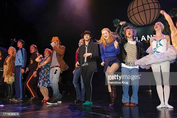 Die Darsteller Bei Der Premiere Des Musicals Hinterm Horizont Im Theater Am Potsdamer Platz In Berlin