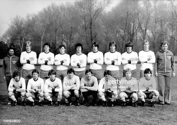 Die DDRFußballJuniorenauswahl posiert am in Leipzig für ein Mannschaftsfoto Das Team bereitet sich auf das XXXIII UEFATurnier vor das in der DDR...