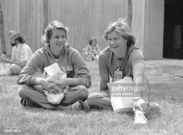 Die DDRSchwimmerinnen Rosemarie Gabriel und Claudia Hempel zeigen sich entspannt am im Olympischen Dorf von Montreal Die 20jährige Rosemarie Gabriel...
