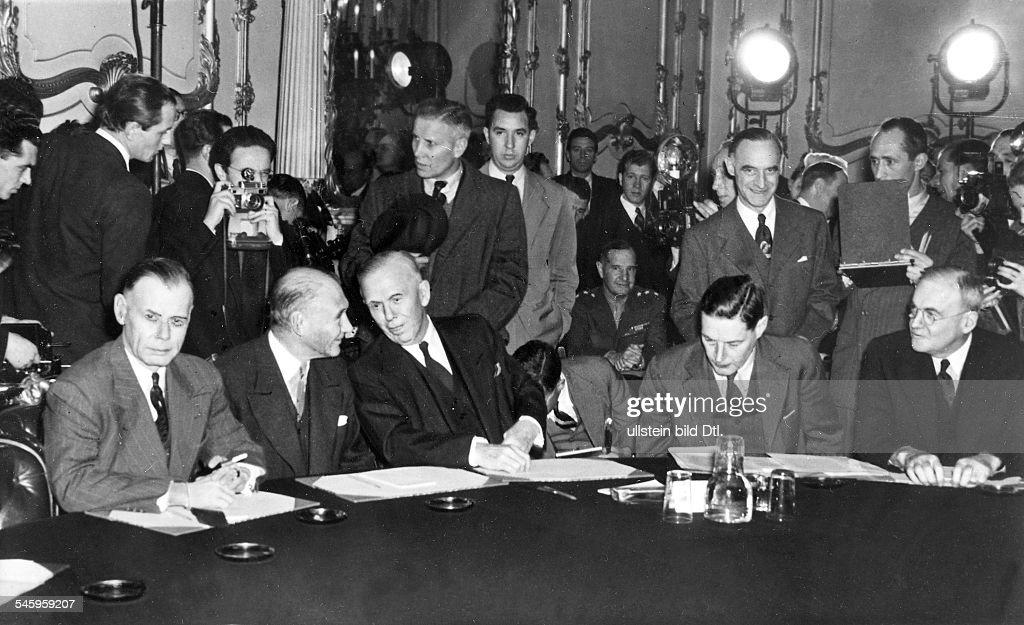 Aussenmin.Konferenz London - v.li.: W.B.Smith, Douglas, Marshall, Dolmetscher, Dulles, Clay (stehend) am Konferenztisch : News Photo