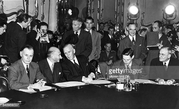 Die Delegation der USA im Lancaster Houseam Konferenztisch vl General WalterBedell Smith Lewis DouglasAussenminister George C MarshallDolmetscher...