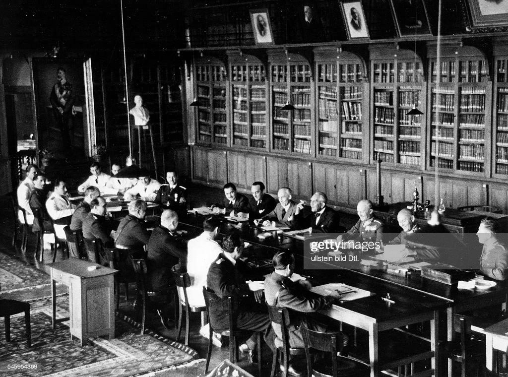 Wiener Schiedsspruch - Delegationen aus Ungarn u. Rumänien bei Verhandlungen in Turnu Severin : News Photo