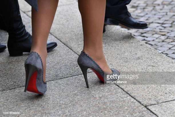 Die Detailaufnahme zeigt die Schuhe der Königin Maxima am in Weimar Foto Jens Kalaene/dpa | usage worldwide