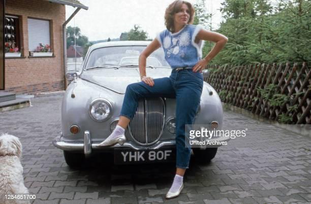 Die deutsch britische Schlagersängerin Ireen Sheer vor einem Rolls Royce, Deutschland 1980er Jahre.