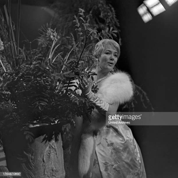"""Die deutsch österreichische Sängerin Renate Holm zu Gast in der NDR Musiksendung """"Musik für Millionen"""", Deutschland 1960er Jahre."""