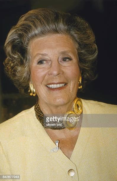 Die deutsche adelige Fotografin Marianne Fürstin zu Sayn-Wittgenstein-Sayn trägt große goldene Ohrringe mit der dazu passenden Halskette. An ihrem...
