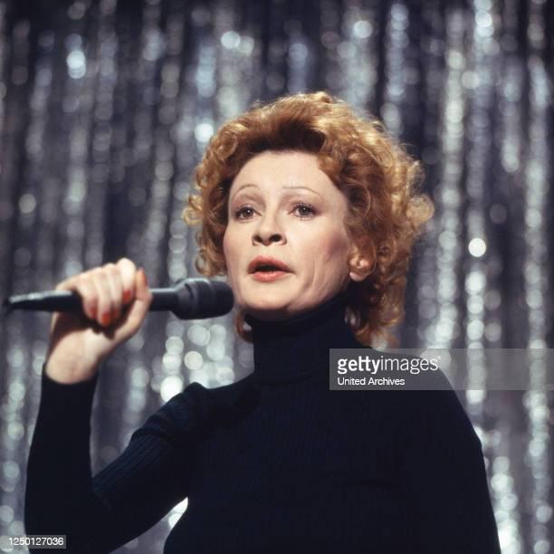 """Die deutsche Chansonsängerin und Schauspielerin Ingrid Caven in der Show """"Liedercircus"""", Deutschland 1970er Jahre."""