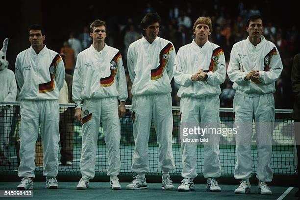 die deutsche Davis Cup Mannschaft beimSpiel gegen Argentinien in derDeutschlandhalle in Berlin vl Steeb Jelen StichBecker Trainer Pilic