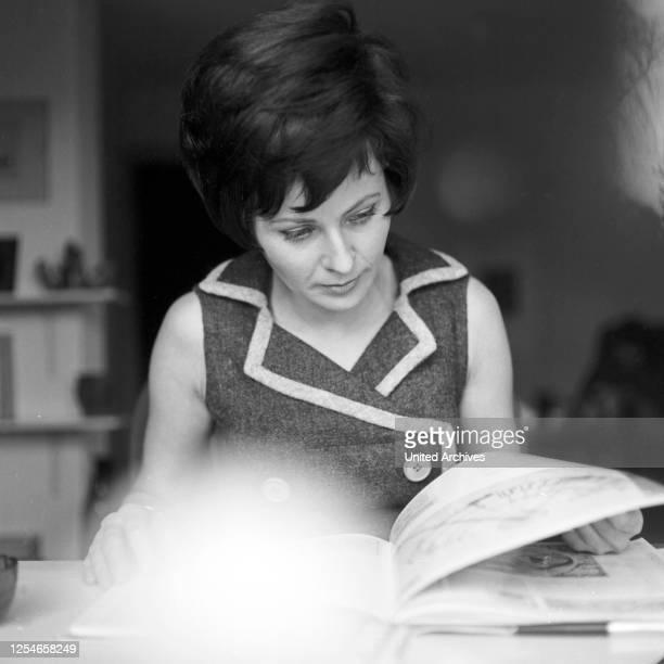Die deutsche Fernsehansagerin und Autorin Ann Ladiges zuhause, Deutschland 1960er Jahre.