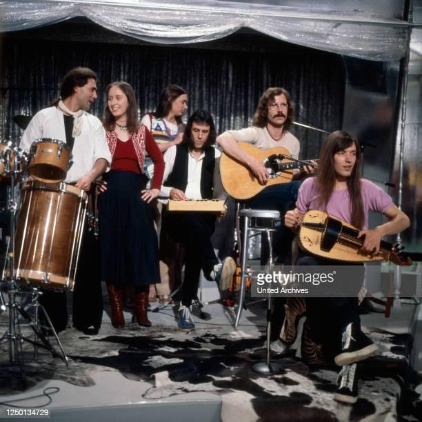 """Die deutsche Folk Rock Band """"Ougenweide"""" bei einem Auftritt, Deutschland 1970er Jahre."""