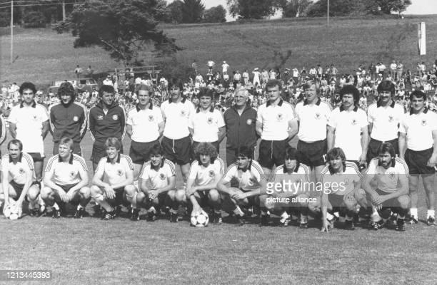 Die deutsche Fußballnationalmannschaft stellt sich am 4.6.1982 im WM-Trainingslager für das Turnier in Spanien in Schluchsee für ein Mannschaftsfoto...