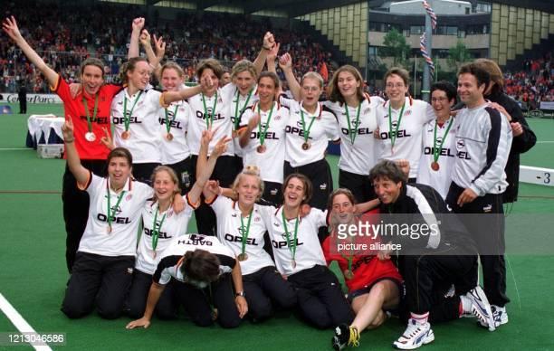 Die deutsche HockeyNationalmannschaft der Damen bejubelt am 3151998 bei der HockeyWeltmeisterschaft in Utrecht nach dem Spiel um den dritten Platz...