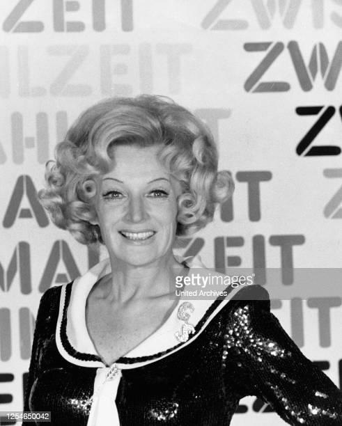 """Die deutsche Kabarettistin, Schauspielerin und Moderatorin Gisela Schlüter in der Sendung """"Zwischenmahlzeit"""", Deutschland 1960er Jahre."""