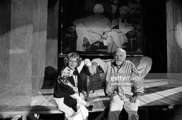 Die deutsche Kabarettistin und Chansonsängerin Lore Lorentz und ihr Ehemann Kay, Deutschland 1980er Jahre.