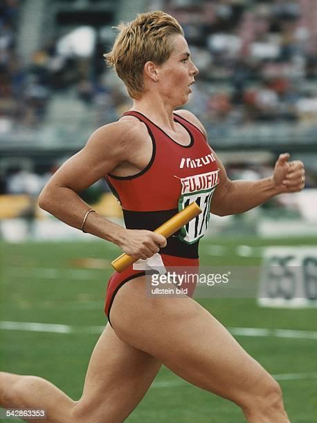 Die deutsche Leichtathletin Grit Breuer läuft während der Deutschen Meisterschaften der Leichtathletik 1999 mit dem Staffelholz in der Hand