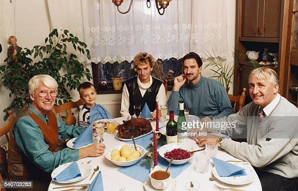 Die deutsche Leichtathletin Heike Drechsler beim Weihnachtsessen mit ihrer Familie in Jena : Schwiegermutter Irene Drechsler, Sohn Tony , Heike...